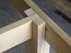 A madeira utilizada abaixo parece ser pinus/pinho mas, se possível, fazer de uma madeira de média ou alta densidade: ipê, imbuia, muiracatia...