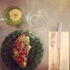 Vorgeschmack auf's Wochenende: Avocado auf Sauerteigbrot & ein leckerer Green Smoothie  #breakfast #healthy #startyourdayright #friyay #lifestyle #fitnessfood