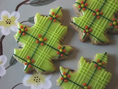 Plaid Oak Leaf Cookies    Plaid oak leaf cookies. Vanilla glace icing on maple sugar cookies. {What a fun idea! Maybe in a red or with some red lines instead...a different color green background.}