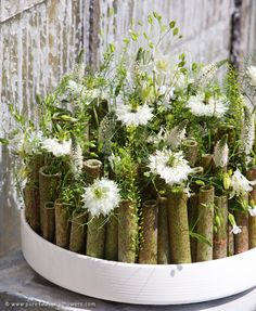 Una idea interesante...adáptalo en función a las flores que tengas y utiliza como base bambú o ramas secas....aquí lleva nigellas como flor pero podrían servir hasta rosas para hacer algo similar.