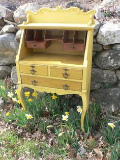 Maybe shade lighter yellow for sec desk Shabby Chic Furniture, Painted Furniture, Victorian Furniture, Antique Furniture, Shabby Cottage, Cottage Chic, Antique Secretary Desks, Furniture Makeover, Furniture Ideas