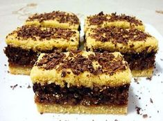 Un desert excelent, fraged, usor de facut este savuroasa Prajitura cu umplutura de nuci si ciocolata. Foile fine impreuna cu crema delicioasa, alcatuiesc un desert fabulos. Ingrediente Prajitura cu umplutura de nuci si ciocolata: Foi: 200 grame unt/margarina 300 grame faina 80 grame zahar 1 ou intreg 1 galbenus Umplutura: