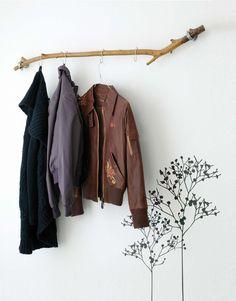 Naturlig service: Å bruke en grein som garderobestang er et dekorativt og rimelig tilskudd til entreen din.