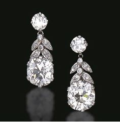 AN ELEGANT PAIR OF DIAMOND EAR PENDANTS