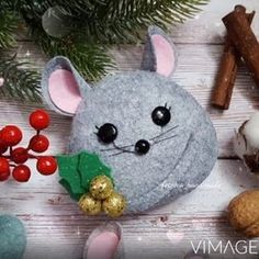Pom Pom Crafts, Felt Crafts, Diy And Crafts, Merry Christmas And Happy New Year, All Things Christmas, Felt Christmas Ornaments, Christmas Crafts, Felt Mouse, Felt Patterns