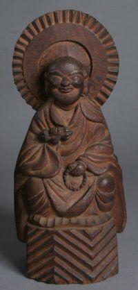 【山梨・山梨県立博物館/弘法大師(江戸)】像高は54cm。木喰五行上人作。元々は木喰の生誕地である丸畑の四国堂に安置されていたもの。鈷杵と数珠を手にしている姿であり、ふくよかな身体に優しい微笑みの表情が特徴的。 Japanese Monk, Buddhist Art, Buddhism, Buddha Statues, Sculpture, Creative, Reflection, Inspiration, Buddha