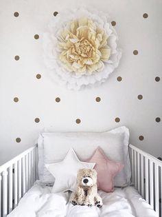 Une décoration florale dans la chambre d'un bébé fille.