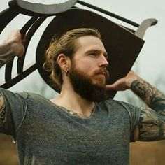 Esse cara lindo com piercing perfeito. | 23 combinações de barba e coque que vão despertar sua sexualidade