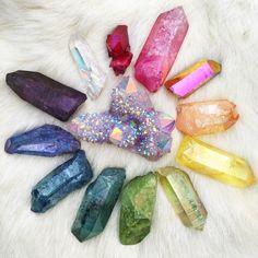 Beautiful sparkly rainbow aura crystals - enough to make any kid excited! Crystal Magic, Crystal Grid, Crystal Healing, Crystal Mandala, Chakra Healing, Minerals And Gemstones, Rocks And Minerals, Les Chakras, Crystal Aesthetic