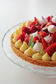 Tarte printanière - fraises, citron, basilic, meringues // Très bonne base de palet breton. Attention à ne pas trop faire réduire le jus de citron. Meringues bonnes mais un peu trop sucrées.