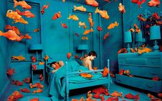 Decades before Photoshop was available, American artist Sandy Skoglund started creating surrealist images by building incredibly elaborate sets, a process which took months to complete. Sandy Skoglund, Bühnen Design, Atelier Photo, Art Environnemental, Tableaux Vivants, Instalation Art, Monochromatic Color Scheme, Photo D Art, Color Photography