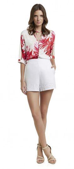 camisa com botoes detalhe tira no pescoço estampado flora e shorts cintura alta bordado barra
