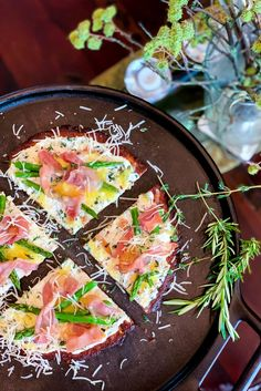 Let this crispy Asparagus-Prosciutto Pizza transport you straight to Italy ____. Prosciutto Pizza, Prosciutto Asparagus, Asparagus Recipe, Califlour Recipes, Pizza Recipes, Pizza Style, Cauliflower Crust Pizza, Everything Bagel, Healthy Eating