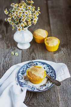 serve in up in blue & white, 'Mandarin & Camomile Cupcakes'... lovely