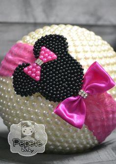 Faixa de Renda com Minnie bordada em pérolas.    Pode ser feita na faixa de meia ou elástico.    Disponível em Vermelho, Rosa Bebê e Pink.