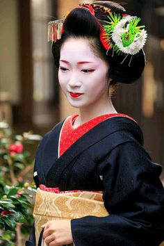Maiko. Her name is Toshikana. Japan, Kyoto, in the alley of At Ajiki alley. 舞妓 とし夏菜 #japan #geisha #kimono #maiko #kyoto