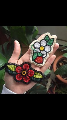 Beaded Flowers Patterns, Native Beading Patterns, Beadwork Designs, Native Beadwork, Beaded Jewelry Patterns, Bead Embroidery Jewelry, Beaded Embroidery, Beaded Moccasins, Bead Sewing