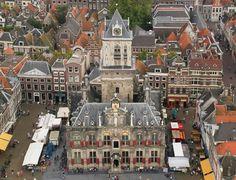 Het stadhuis op de grote markt met de donderdagse markt.
