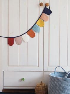 Wimpelkette aus Stoff – mit Liebe genäht – wunderschöne Dekoration für den Kindergeburtstag - Kinderzimmer & Co Du kannst sie entweder draußen aufhängen (bitte nicht bei Regen) oder in Wohnung, Haus oder wo immer du magst. Viel Spaß beim dekorieren! #wimpelkette #geburtstag #kindergeburtstag #dekorieren #stoffwimpelkette #dekoration #feiern #gelberknopf #kinderzimmerdekoration Baby, Sew Simple, You're Welcome, Fabric Crown, Decorating, Nice Asses, Birthday, Baby Humor, Infant