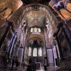 Hoje o passeio é por #Ravenna, a cidade dos mosaicos. A Basílica San Vitale é um dos maiores exemplos de #arte bizantina no mundo, e nela encontramos a história do Antigo Testamento, retratado da mais detalhada forma em mosaico. Incrível! - Instagram by vontadedeviajar