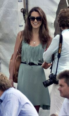 Kate Middleton and this dress :) LOVE. She looks so cute. Princesse Kate Middleton, Kate Middleton Prince William, Prince William And Kate, William Kate, James Middleton, Carole Middleton, Kate Middleton Outfits, Middleton Family, Kate Middleton Style