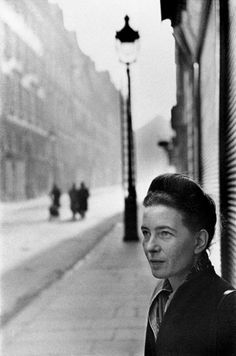 Simone de Beauvoir by Henri Cartier-Bresson. Great composition by Cartier-Bresson, one of my all time favorite photographers. Henri Cartier Bresson, Candid Photography, Street Photography, Portrait Photography, Popular Photography, Magnum Photos, Fotografia Pb, Foto Poster, Robert Frank