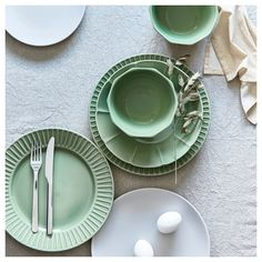 Create a colorful table setting with STRIMIG tableware or match parts of the series with other porcelain. The flower patterns are inspired by Scandinavian flora and Japanese simplicity, making the look modern and clean with a crafted feel. Plates And Bowls, Side Plates, Green Plates, Green Bowl, Ikea Dinnerware, Table Color, Catalogue Ikea, Ikea Canada, Green House Design