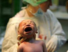 Babys erster Schrei, wie die Geburt so das Kind?