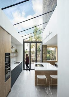 Snug House by Proctor & Shaw features cosy room overlooking the garden Victorian Kitchen, Victorian Terrace, Wooden Room, Cosy Room, Narrow House, Bespoke Kitchens, Interior Design Magazine, House Extensions, Kitchen Styling