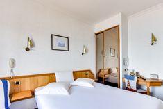 Chambre triple confort vue sur mer Chambre exclusivement non fumeur.  Un grand lit et un fauteuil qui se déplie (espace de vie limité lorsque le fauteuil est déplié).  Baignoire balnéo fonctionnant de 9h00 à 21h00.  Vue sur mer depuis la chambre et la salle de bain.