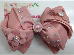 Bellisimo y elegante lazo de dobleces VIDEO No.786 Creaciones Rosa Isela - YouTube Diy Bow, Diy Ribbon, Ribbon Bows, Flower Crown Wedding, Boutique Bows, Fabric Manipulation, Cute Bows, Cute Crafts, Diy Flowers