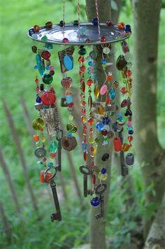 buntes Garten-Windspiel (Perlen, rostigen Schrauben und Schlüsseln, Dosendeckel...) Upcycling, DIY, selbst gebastelt mit Kindern. Selbst gemacht, schnell und einfach für draussen, für den Garten