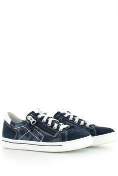 Sneaker bassa in camoscio blu, con inserto laterale in tessuto camouflage, zip per facilitare la calzata; soletta in pelle estraibile e fondo gomma flessibile. Una scarpa adatta al tuo bambino, per accompagnarlo nella crescita garantendo una giusta protezione, con una sana traspirazione e una morbidezza unica; comfort e stile. Made in Italy  http://www.langolo-calzature.it/it/sneaker-bassa-in-camoscio-blu-e-camouflage-49021