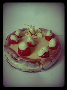 Cheesecake de chocolate blanco y fresas.