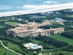 Showcasing 10 of the most expensive houses in the world. Owning a home maybe one of the most expensive things people will buy during their life time. As the 2011 property market throws a curve ball… Expensive Houses, Most Expensive, Villas, Billionaire Homes, Billionaire Lifestyle, Beverly Hills Houses, Mega Mansions, Luxury Mansions, Old Apartments