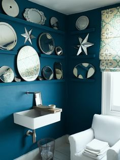 The Mirror Display In This Dark Blue Bathroom Looks Fabulous Ideas Wall