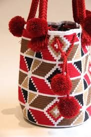 Resultado de imagen para borlas wayuu Crochet Round, Knit Crochet, Tapestry Crochet Patterns, Tapestry Bag, Trendy Accessories, Crochet Purses, Baby Knitting, Purses And Bags, Reusable Tote Bags