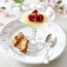 Vanilj- och citronpannacotta med hallon