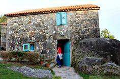 Camino de Santiago: albergue público de Dumbría, en Olveiroa.