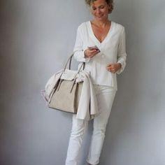 Podemos dizer que aos 60 anos a mulher é verdadeiramente livre para escolher as roupas e a maquiagem que mais se...