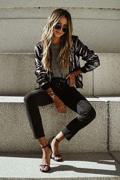 Musa do estilo: Julie Sariñana. Bomber jacket metalizada, t-shirt cinza, calça preta, sandália de duas tiras