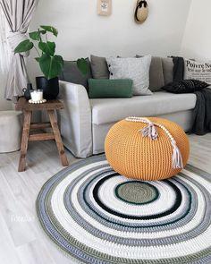 Tapete de crochê para sala: 60 ideias e tutoriais para fazer o seu [VÍDEOS] Crochet Pouf, Crochet Home Decor, Diy Room Decor, Crochet Patterns, Arts And Crafts, Carpet, Kids Rugs, Throw Pillows, Handmade