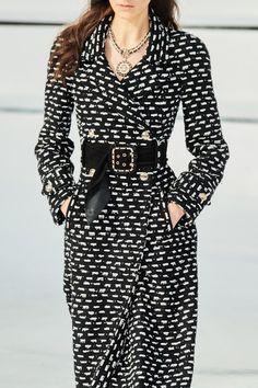 Chanel Fall 2020 Ready-to-Wear Fashion Show - Vogue Fashion 2020, Daily Fashion, Fashion Brands, Fashion Tips, Street Fashion, White Fashion, Look Fashion, Fashion Show, Vogue Paris