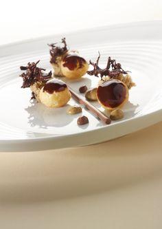 Chocoladesoesjes met koffiesponscake, chocoladecrème en koffiesaus http://njam.tv/recepten/chocoladesoesjes-met-koffiesponscake