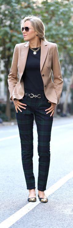 Elemento Terra. Nello stile classico, nella stampa a quadri del pantalone, nel colore della giacca e degli occhiali da sole.
