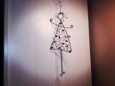 **Tanečnice**+...+je+vyrobena+z+černého+žíhaného+drátu+a+korálků.+Výška+je+34+cm.+Určeno+do+interieru,+ve+vlhku+získává+rezavou+patinu.+Ošetřovat+čímkoli+mastným+(olej+stolní,+na+šicí+stroje....) Art Dolls, Diys, Clock, Letters, Christmas, Crafts, Craft Ideas, La La Land, Wire