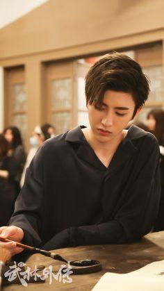 Cute Asian Guys, Cute Korean Boys, Girl Drawing Pictures, Wallpaper Aesthetic, Cute Actors, Boy Hairstyles, Korean Actors, K Idols, Pretty Boys