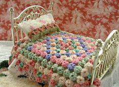 Miniature dollhouse yo yo quilt for doll bed. Mini Quilts, Small Quilts, Dollhouse Quilt, Dollhouse Miniatures, Miniature Quilts, Miniature Dolls, Accessoires Barbie, Yo Yo Quilt, Doll Beds