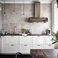 I detta köket sitter en Signatur i Imprint, Brons med beslag i åldrat järn. Så snyggt och matchas perfekt med kök, kakel och golv. #repost @trendspanarna #fjäråskupan #signatur #brons #åldratjärn #imprint #kakel #klassiskt #klassisktkök #kitcheninspo #scandinaviandesign #svenskt #svenskthantverk #kitchen #kök #köksinspiration #intedning #lägenhet #sekelskifteslägenhet