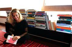 """Letícia Wierzchowski: Uma das minhas autoras prediletas. A melhor para ficar na mesa de cabeceira. Atualmente, meu companheiro das noites é """"Aparados""""."""